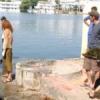 विदेशी पर्यटकों ने निकाली जलीय घास