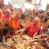 बाजारों व मंदिरों में उमड़ा भक्तों का रेला