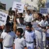 प्रभावित लोगों ने स्कूली बच्चों के साथ निकाली रैली