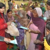 निर्धन परिवारों को राशन किट वितरण