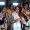 भाजपा महिलाओं ने हाथों पर मेहंदी से बनवाए कमल