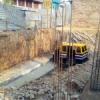 बेसमेंट निर्माण के लिए तैयार गड्ढे में गिरा ऑटो