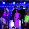 फैशन शो में बिखरे पारम्परिक परिधानों और संस्कृति के रंग