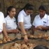 बच्चों ने सीखा मिट्टी के बर्तन बनाना