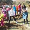 पुलिस जवानों के साथ ग्रामीणों ने किया तालाब का काम