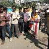 पतंजलि कार्यकताओं ने कतार में लगे लोगों को दिए बिस्किट, पानी