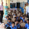 बालिकाओं को 500 कॉपियां वितरित