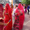 घूंघट की आड़ में ग्रामीण महिलाओं ने खेला गरबा