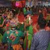 रिमिक्स और फ्यूजन गानों पर नाच रही युवतियां